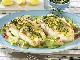 Обработать рыбу. Уложить ее в посуду с процеженным горячим овощным бульоном.