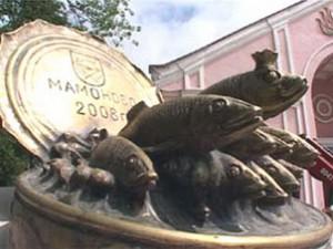 А вот памятник шпротам. Он установлен в городе Мамоново Калининградской области.