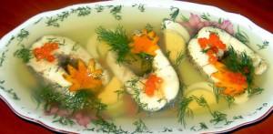 Заливное из щуки является одним из блюд, которое обязательно украсит любой праздничный стол