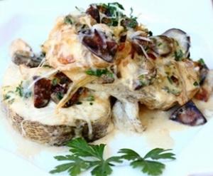 Сегодня будем готовить судака с грибами, шампиньонами, беконом и чесноком.