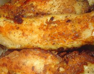 Филе щуки слегка солим, перчим, посыпаем рыбной приправой, куда добавлен мускатный орех и оставляем в покое на 5 минут