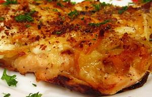 Затем кусочки рыбы обваливаются в муке и обжариваются на сковороде